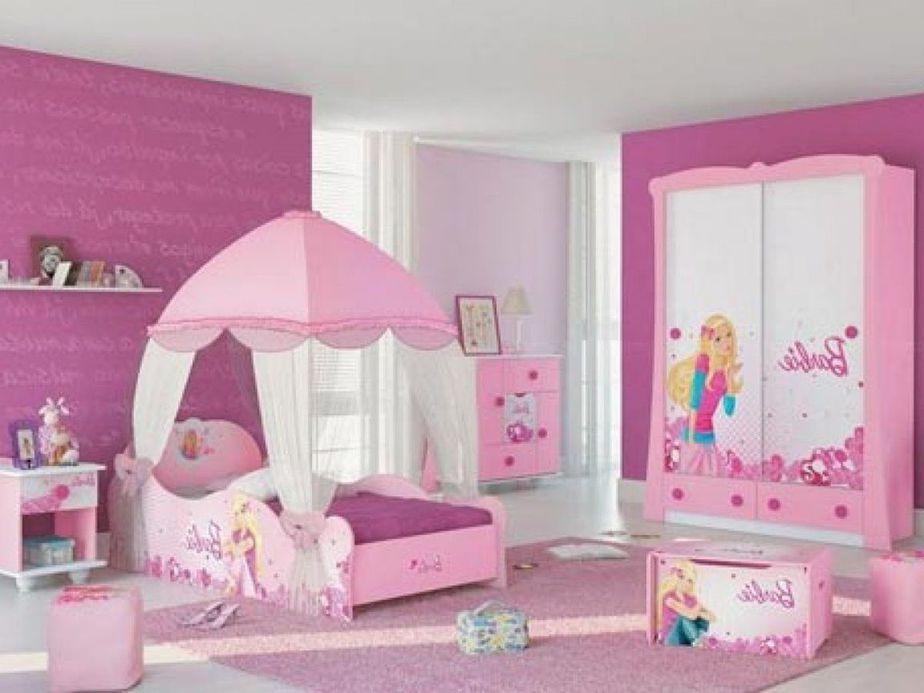 Giường, tủ hình búp bê Barbie trong căn phòng có tông hồng