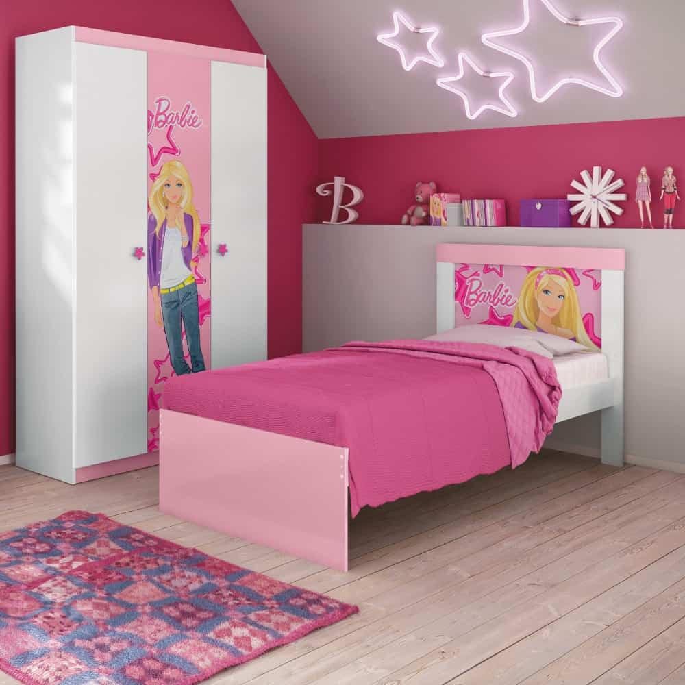 Bạn cũng có thể trang trí kệ tủ cho bé bằng những bạn búp bê Barbie