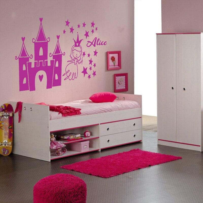 Chỉ một bức tranh trang trí đơn giản, căn phòng của bé đã trở nên nổi bật