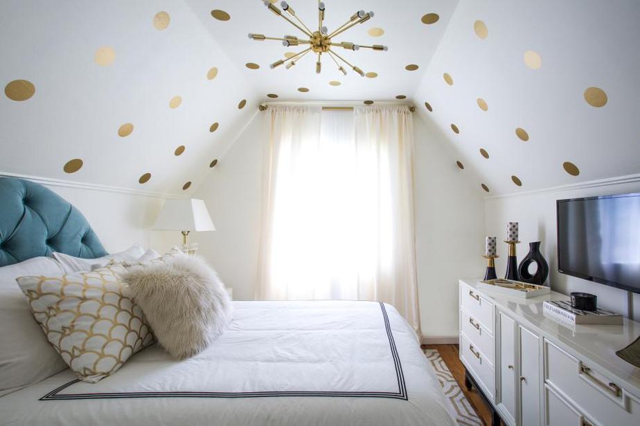 Bạn có thể trang trí trần nhà cho căn phòng với các họa tiết ấn tượng