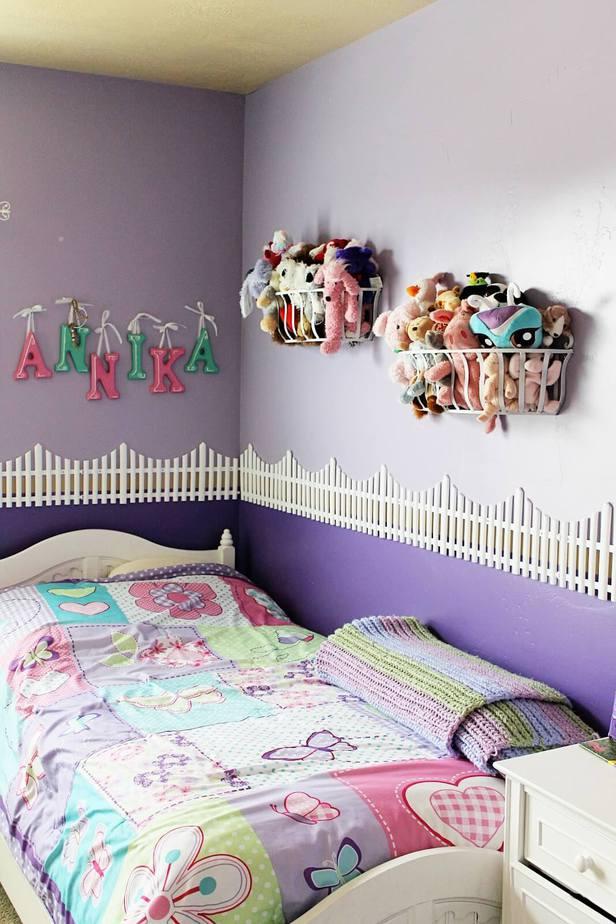 Một chiếc giỏ treo thú nhồi bông trên tường sẽ giúp căn phòng đẹp hơn