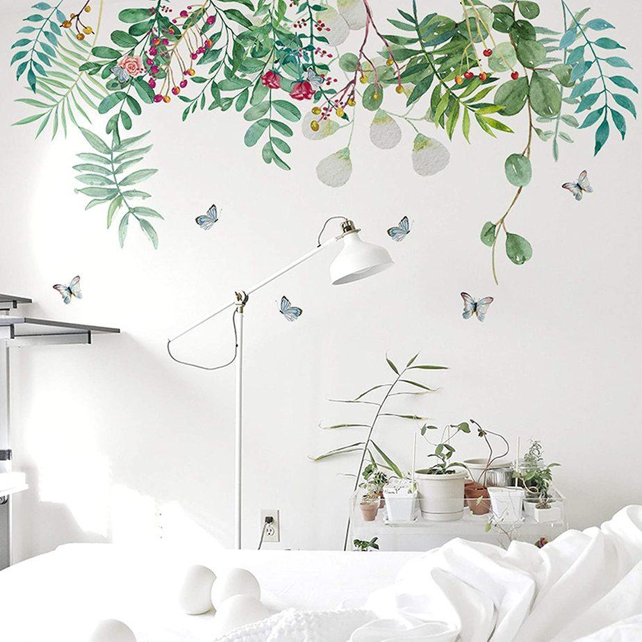 Mang cây xanh vào căn phòng có thể bằng tranh treo tường hoặc các chậu cây nhỏ