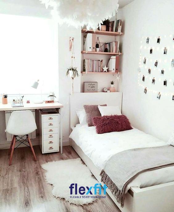 Sử dụng những hình dán trang trí cũng như những đồ lưu niệm nhỏ xinh giúp căn phòng của bạn không còn cảm giác trống trải mà vô cùng đẹp mắt.