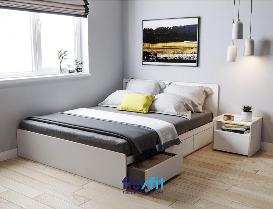 Tông màu ghi sáng giúp phòng ngủ có diện tích nhỏ trông rộng rãi hơn. Giường ngủ thông minh tích hợp ngăn kéo giúp lưu trữ và cất giữ một số đồ dùng rất tiện ích.