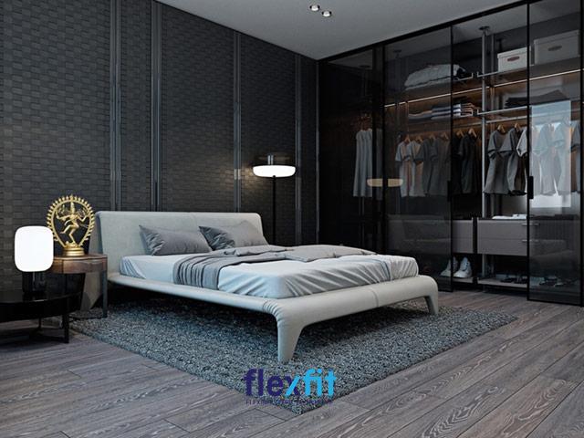 Gam màu đen là chủ đạo của căn phòng ngủ rộng rãi này, kết hợp giường ngủ màu trắng ở trung tâm rất nổi bật. Tủ quần áo cánh kính cửa trượt góp phần làm không gian hiện đại và ấn tượng hơn