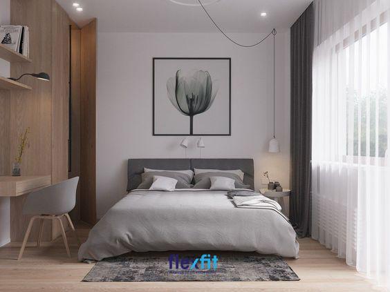 Căn phòng ngủ được trang trí bằng bức tranh hoa hồng và hệ đèn treo nghệ thuật cùng rèm che voan màu trắng vô cùng thu hút