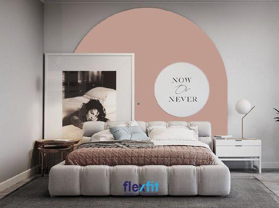 Với việc khéo léo tạo ra mảng tường độc đáo cùng bức tranh trang trí cuốn hút tạo nên một không gian phòng ngủ tuy đơn giản nhưng đầy sự tinh tế, thú vị