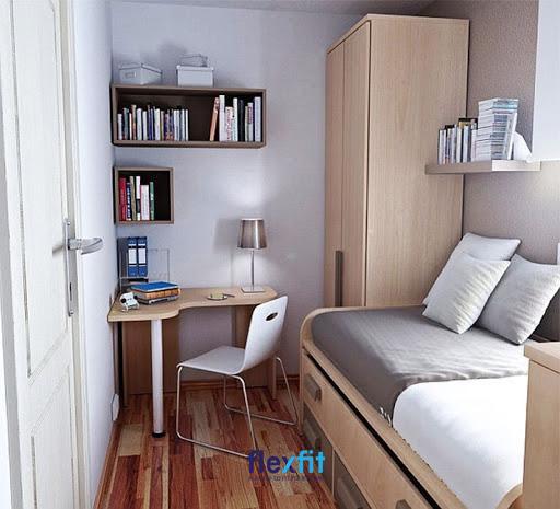Tận dụng góc tường để làm một chiếc bàn làm việc nhỏ xinh giúp tiết kiệm diện tích