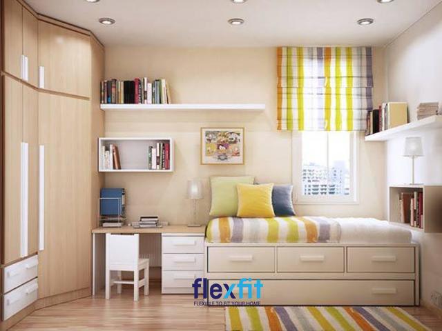 Tạo điểm nhấn cho căn phòng với rèm cửa và thảm màu sắc vô cùng độc đáo. Đặc biệt, không gian được tiết kiệm tối đa nhờ sử dụng các nội thất thông minh đa năng như giường tích hợp các ngăn kéo, tủ quần áo kịch trần...