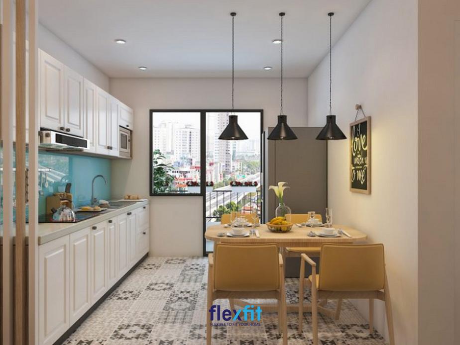 Căn phòng có 2 ô cửa lớn giúp tạo cảm giác thông thoáng đồng thời giúp loại bỏ mùi nấu ăn khó chịu một cách nhanh chóng nhất.