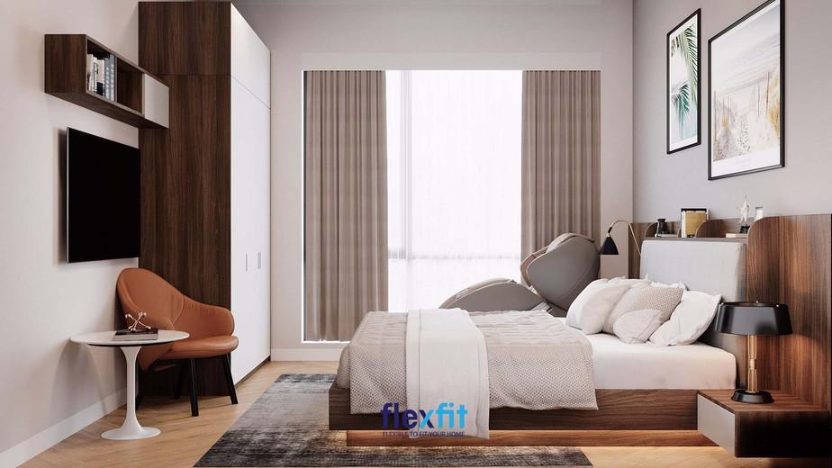 Để tăng tính tiện dụng mà không mất đi vẻ đẹp đơn giản của căn phòng ngủ, các kiến trúc sư thiết kế đã bố trí thêm một chiếc ghế sofa gần cửa sổ, những ô sách nhỏ xinh trên tivi và một góc đọc sách nhỏ ở phía dưới