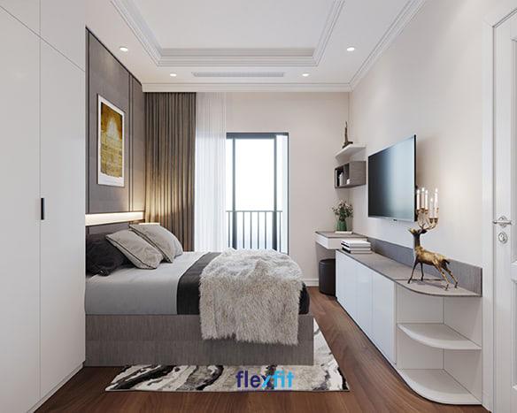 Sự tích hợp giữa bàn làm việc, kệ tivi và trang trí thành một khối, bố trí sát tường giúp tiết kiệm diện tích và tăng tính đa năng cho không gian sử dụng
