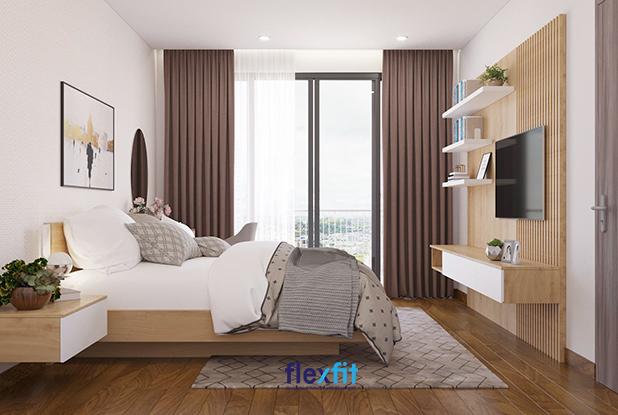 Nếu như sàn được lát gỗ công nghiệp màu nâu vàng vân gỗ sang trọng thì giường, tab đầu giường, tường, kệ tivi, trang trí sử dụng gỗ công nghiệp vân sáng để mang đến cảm giác tươi mới hơn cho phòng ngủ