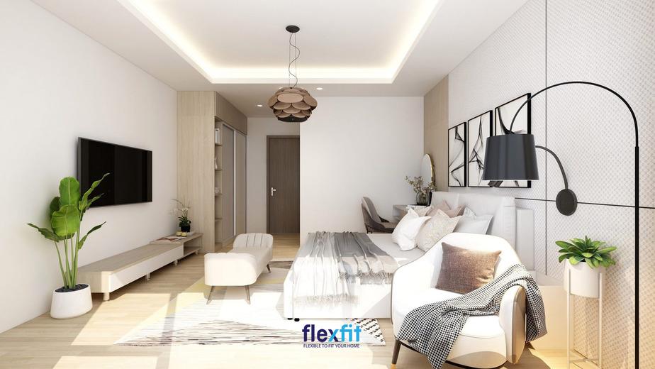 Bố trí thêm một chiếc đèn cây đứng nơi góc phòng, một chiếc đèn chùm bằng gỗ hình hoa nơi trần nhà sẽ giúp căn phòng ngủ sáng sủa, giàu tính nghệ thuật và thu hút hơn