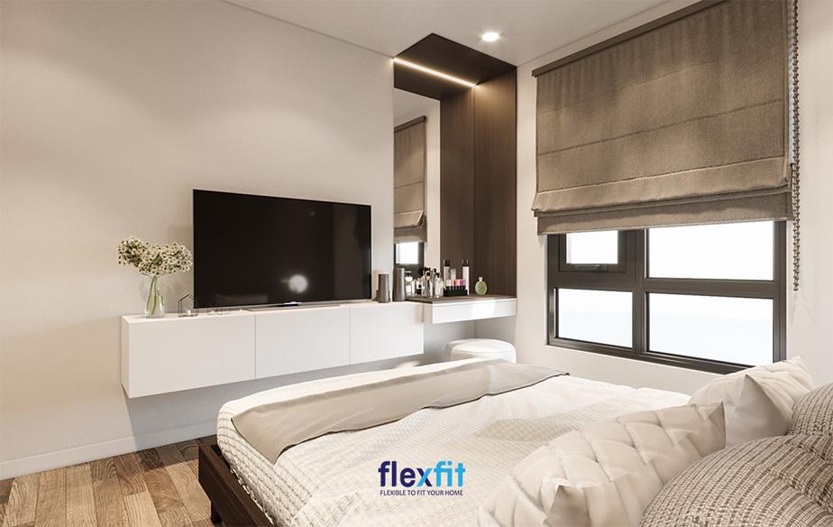 Rèm cửa vải có thể kéo lên, kéo xuống linh hoạt để điều tiết ánh sáng đầy tiện lợi. Hơn nữa, sắc nâu nhạt của rèm cửa hòa hợp với màu gỗ của các độ nội thất khác tạo ra vẻ đẹp hài hòa, gần gũi và thân thiện