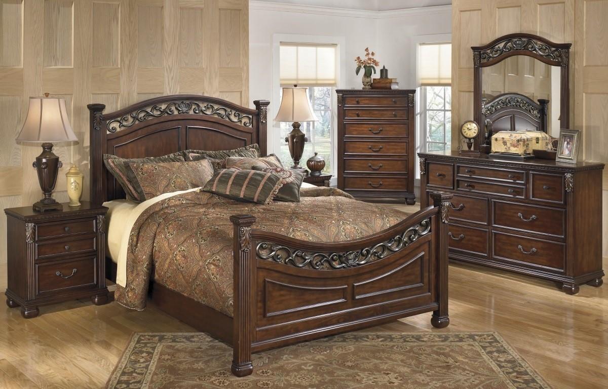 Không sử dụng quá nhiều chi tiết trang trí cầu kỳ mà chú trọng vào đường hoa văn cổ trên nền gỗ tự nhiên giúp mẫu phòng ngủ này toát lên vẻ đẹp hoài cổ