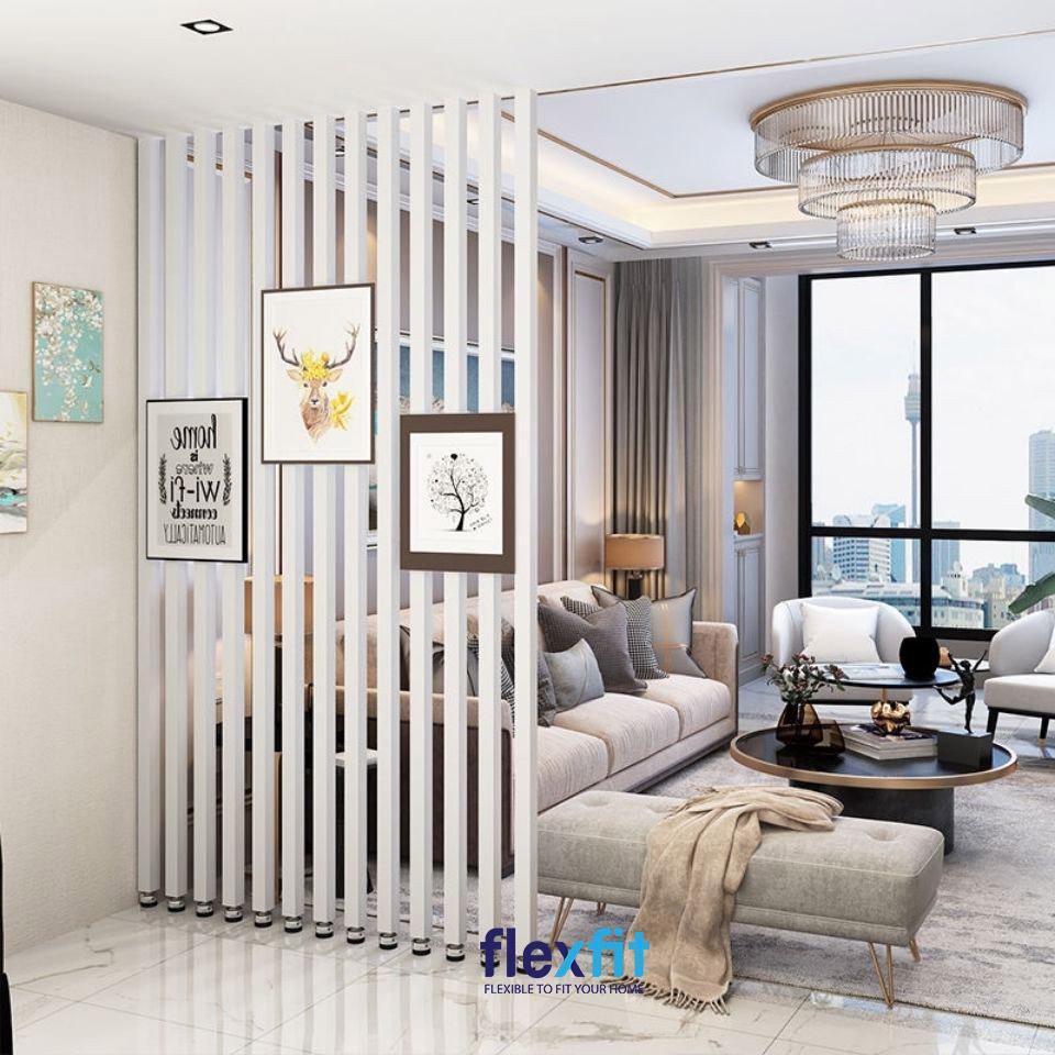 Phòng khách đẹp nhẹ nhàng, tinh tế và thanh lịch với vách ngăn cột màu trắng tinh khôi