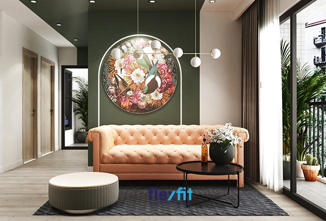 Tăng thêm vẻ đẹp và sự tươi mát cho phòng khách mà vẫn đảm bảo sự riêng tư và thông thoáng với vách ngăn tường sơn màu xanh rêu đậm, treo tranh hoa lá, chim muông đặc sắc