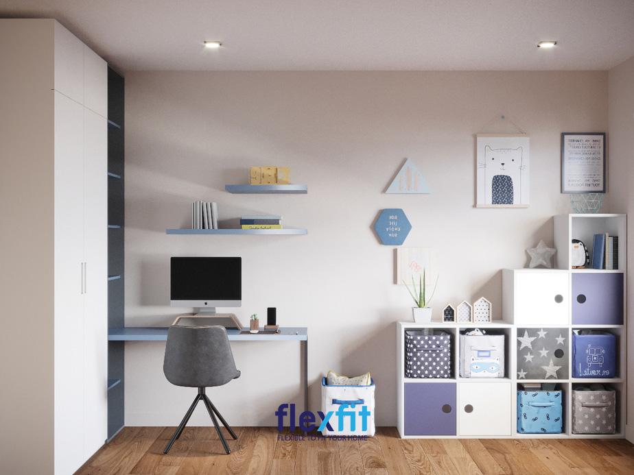 Không chỉ kết hợp với kệ trang trí mà tủ quần áo còn được kết nối với bàn học cả về màu sắc và hình khối đem đến một góc không gian nội thất đa năng, tiện dụng và hài hòa cho bé