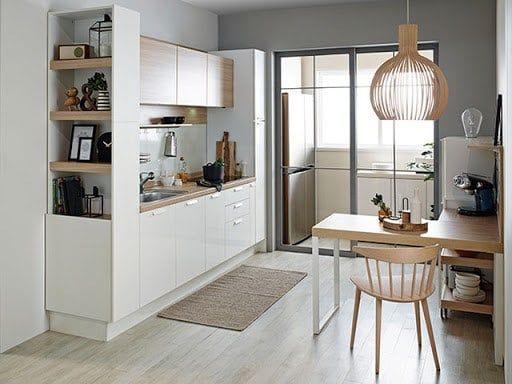 Căn bếp sử dụng những món đồ nội thất: tủ bếp, bàn ăn có kích thước nhỏ gọn và sắp xếp chúng một cách hợp lí.