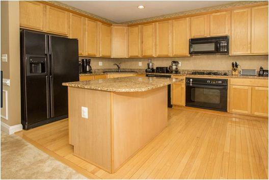 Mẫu tủ bếp có bàn đảo lớn phù hợp với những không gian bếp có diện tích rộng rãi.